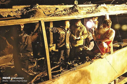 یک نفتکش در برخورد با اتوبوس مسافربری در سنندج حادثه تلخی را رقم زد 11 مسافر چون شمع درمیان آتش